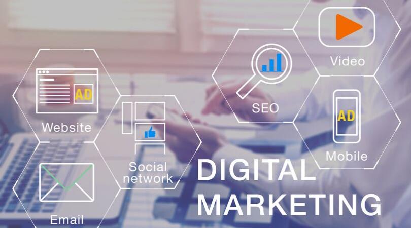 profissional de marketing usando redes sociais