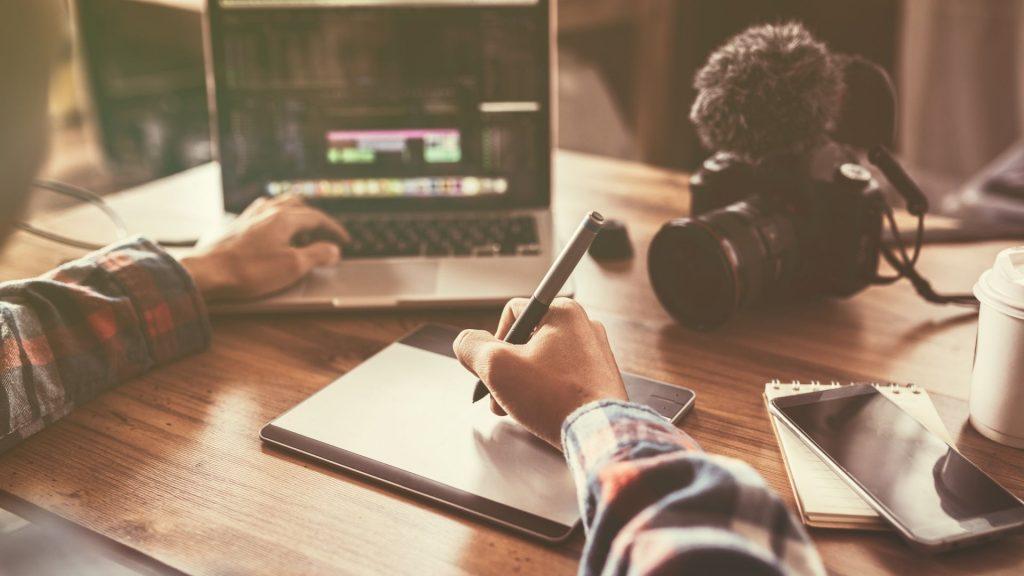 jovem escrevendo roteiro de vídeo para seu negócio