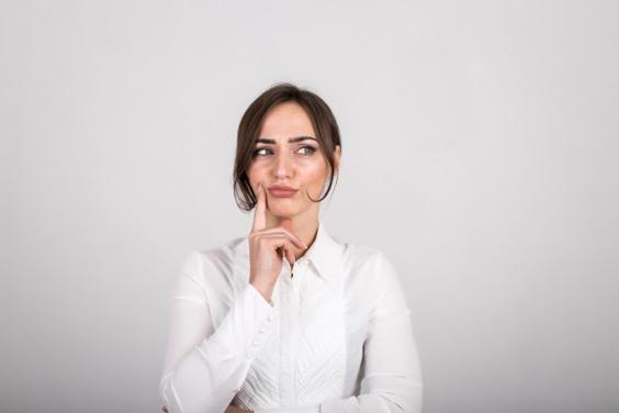 Emoções femininas no estúdio Foto gratuita