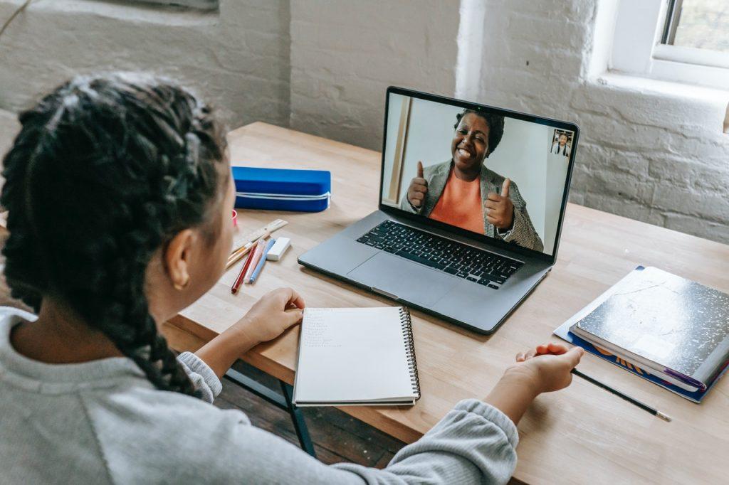 Professora e aluna estudando online